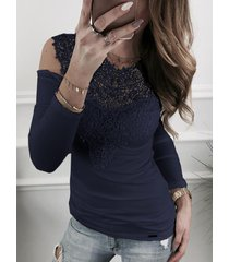 camiseta de manga larga con hombros descubiertos y detalles de encaje azul marino