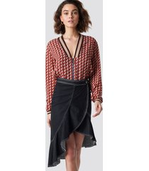 na-kd contrast seam denim flounce skirt - black