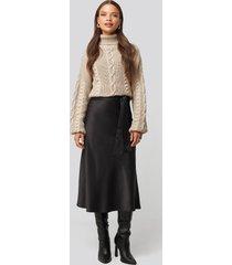 nicci hernestig x na-kd tie waist satin skirt - black