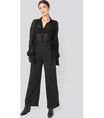 na-kd trend belted flared pants - black