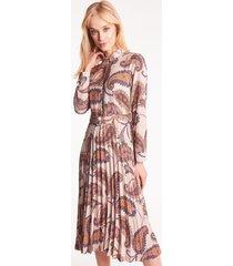 beżowa sukienka z plisowanym dołem