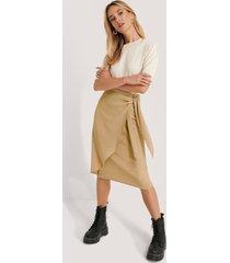 na-kd kjol med knytning i midjan - beige
