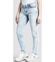 jeansy model skinny