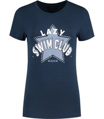 donkerblauw dames t-shirt nikkie - lazy swim club t-shirt - n6-368 1904 7800