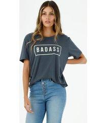 camiseta de mujer cuello redondo, manga corta con estampado tipográfico badass