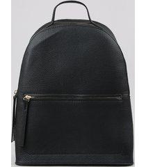 mochila feminina grande texturizada com bolsos preta