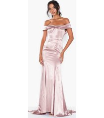 dolly & delicious bardot satin maxi dress with train maxiklänningar