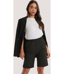 na-kd shorts med elastisk midja och sydda veck - black