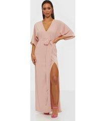 nly eve tie front kimono gown maxiklänningar rosa