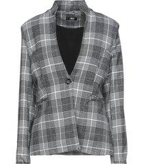 akè suit jackets