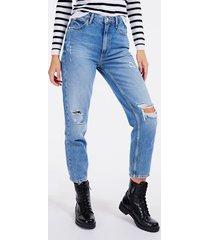 jeansy fason relaxed z przetarciami