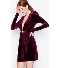 nly trend decorated velvet dress fodralklänningar burgundy