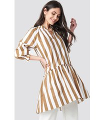 na-kd boho frill neck striped midi dress - beige