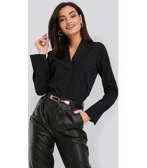 na-kd classic v-neck blouse - black