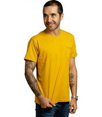 camiseta mostaza luck & load cuello redondo con bolsillo