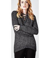 sweter z ćwiekami na dekolcie