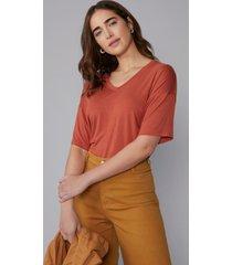 t-shirt amaro decote v solta ferrugem - laranja - feminino - dafiti