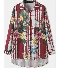 camicetta natalizia con orlo asimmetrico e bottoni sul colletto con stampa tie-dye a fiori