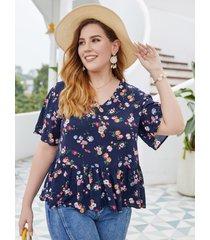 camiseta de manga corta con plisado y estampado floral al azar con cuello en v y talla grande diseño