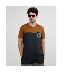 camiseta masculina com bolso estampado de folhagem com recorte manga curta gola careca cinza mescla escuro