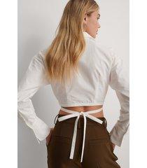 gøhler x na-kd skjorta med knyt i midjan - white