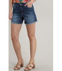 bermuda jeans feminina com barra desfiada azul escuro