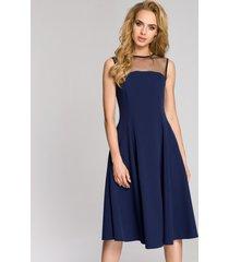 sukienka z tiulowym dekoltem
