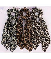 bufanda scrunchie con estampado de leopardo