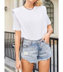 camiseta blanca de manga corta con cuello redondo y hombros acolchados