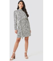 na-kd high neck leaf print dress - white