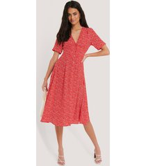 na-kd v-ringad klänning med blommigt tryck - red