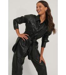na-kd trend skjorta med ficka och bälte i pu - black