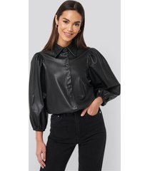 na-kd trend faux leather puff sleeve shirt - black