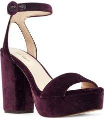 sandalia krewl violeta oscuro nine west