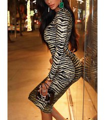 vestido de manga larga con cuello redondo y rayas cebra de camello