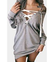sudadera gris con cordones diseño con hombros descubiertos y mangas largas