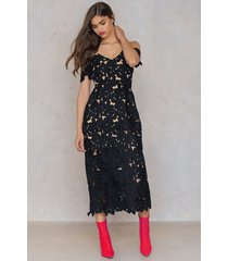 na-kd boho cold shoulder crochet midi dress - black