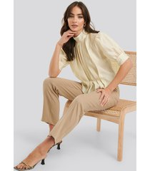 na-kd trend structured organza gathered blouse - beige