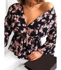 blusa con mangas de volantes y cuello en v con estampado floral al azar negro