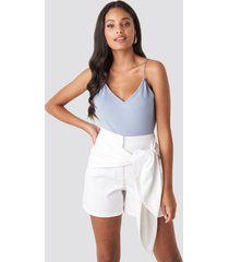 na-kd front knot shorts - white