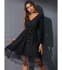 mini vestido negro con cuello en v y diseño cruzado con purpurina