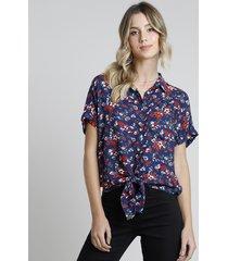 camisa feminina estampada floral com bolso e nó manga curta azul marinho