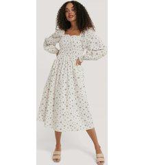na-kd boho långärmad, blommig klänning med smock - white