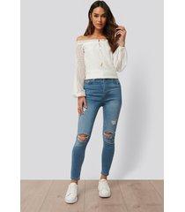 anika teller x na-kd snäva jeans med revor - blue