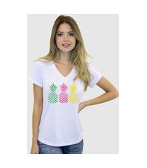 camiseta suffix branca estampa abacaxi amarelo rosa verde gola v
