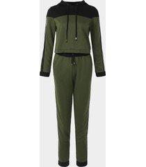chándal verde con capucha y diseño de hilo de red activo