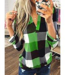 blusa con dobladillo curvo y cuello en v a cuadros en bloques de color verde