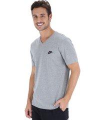 camiseta nike club vneck - masculina - cinza