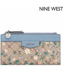 billetera nine west cara slim zip organizer - logo floral