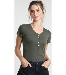 blusa feminina básica com botões manga curta decote redondo verde militar